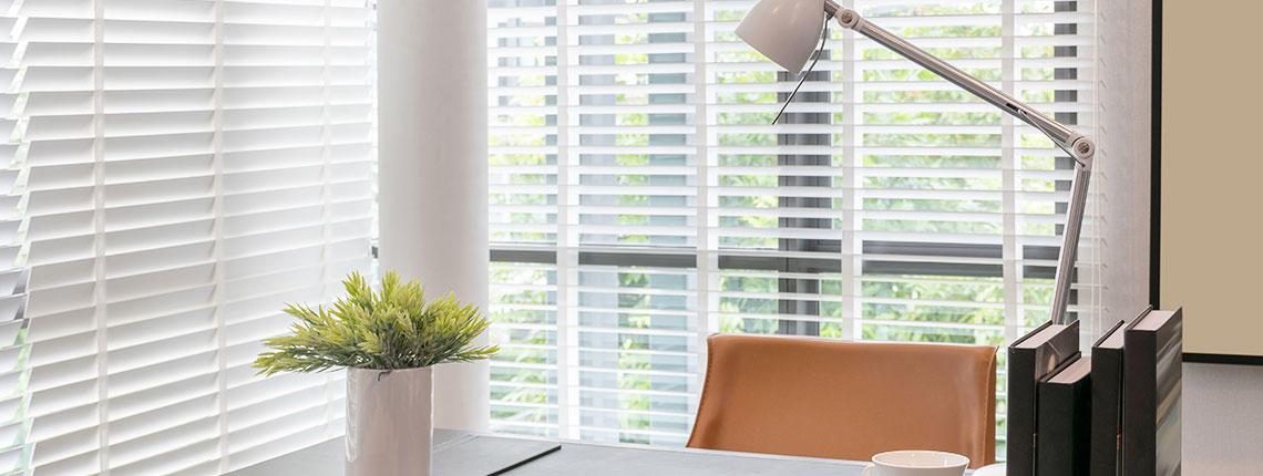 Veneciana de madera natural 50mm para ventanas